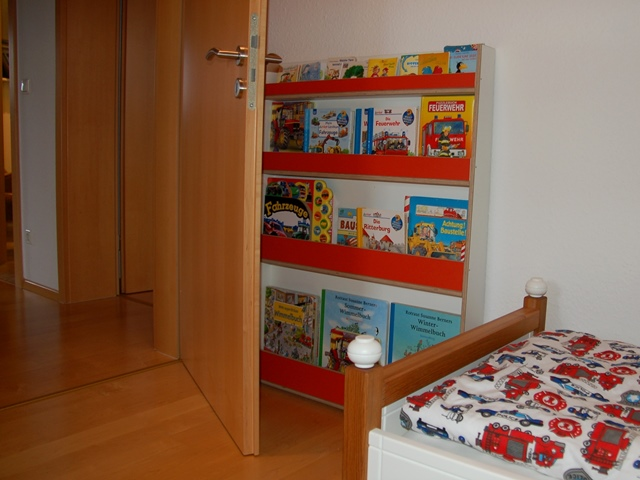 Kinderzimmer – flaches Bücherregal