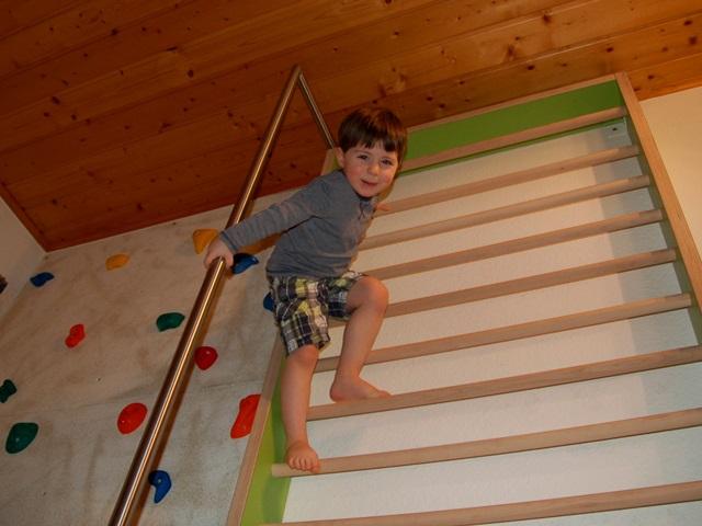 Kinderzimmer – Kletterwand mit Feuerwehrstange