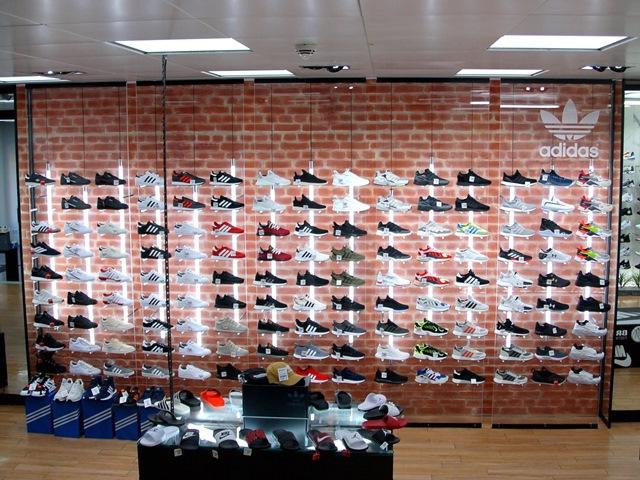 Brooklyn Fashion Store – adidas-Präsentationswand mit Beleuchtung