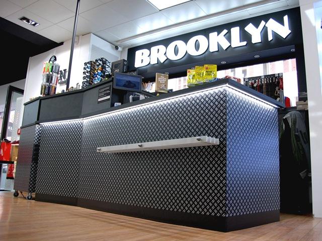 Brooklyn Fashion Store – Kasse aus schwarz lackiertem Riffelblech