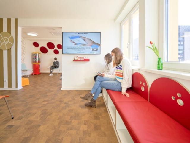 Kinderarztpraxis Dr. Hertzberg – Einladendes Wartezimmer